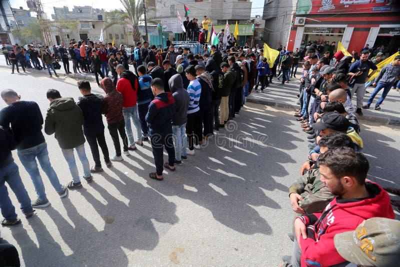 Pleurez pendant sa cérémonie funèbre dans Rafah, dans le du sud de la bande de Gaza image stock