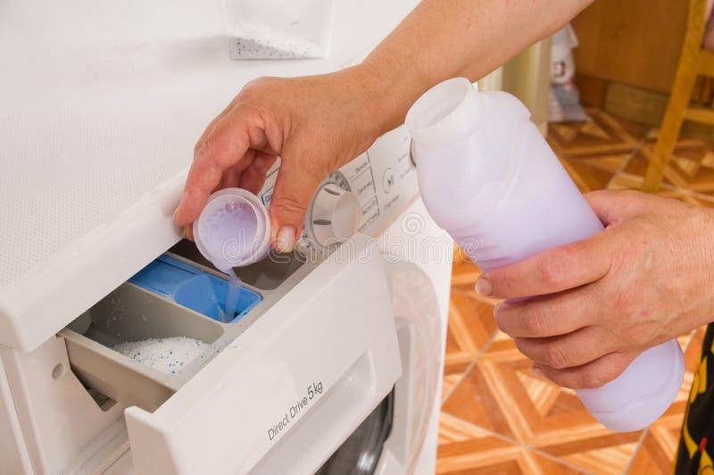 Pleut à torrents un liquide de lavage dans une machine à laver. photo stock