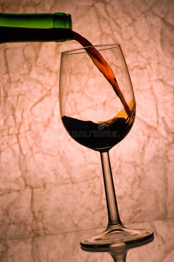 Pleuvoir à torrents de vin rouge. photos stock