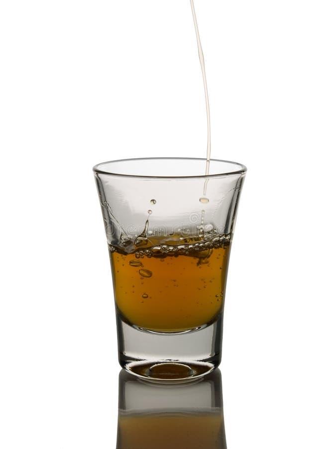 Pleuvoir à torrents un projectile de whiskey photo libre de droits