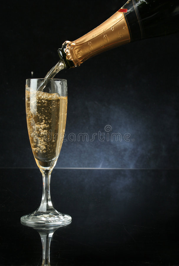 Pleuvoir à torrents une cannelure de champagne image stock