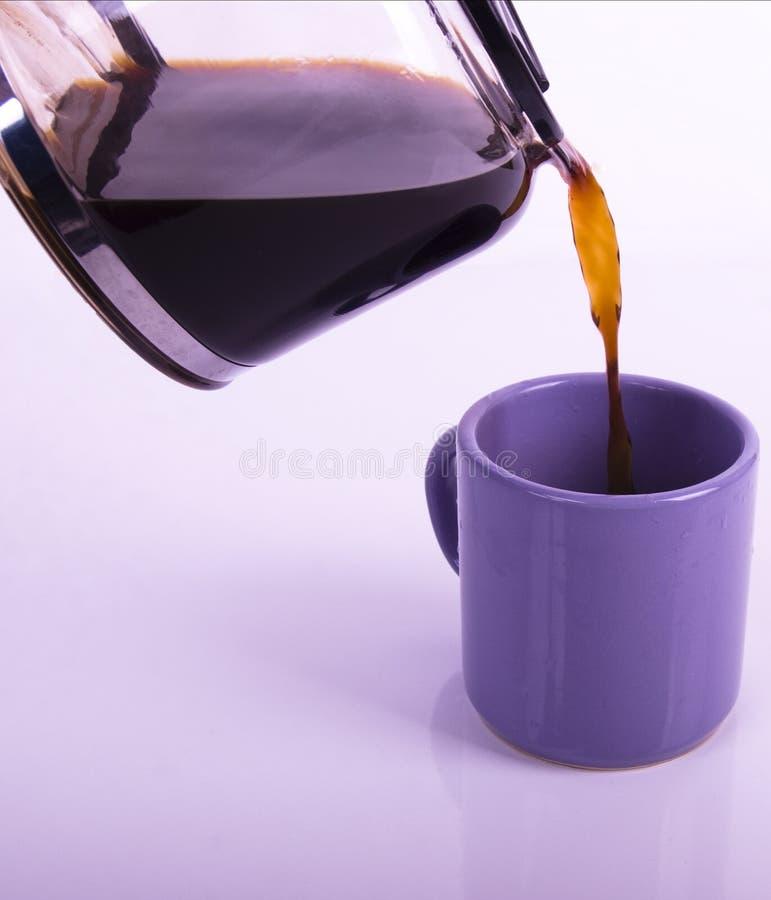 Pleuvoir à torrents une tasse de café photos stock