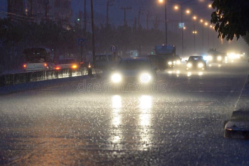 Pleuvoir dans la ville photographie stock libre de droits