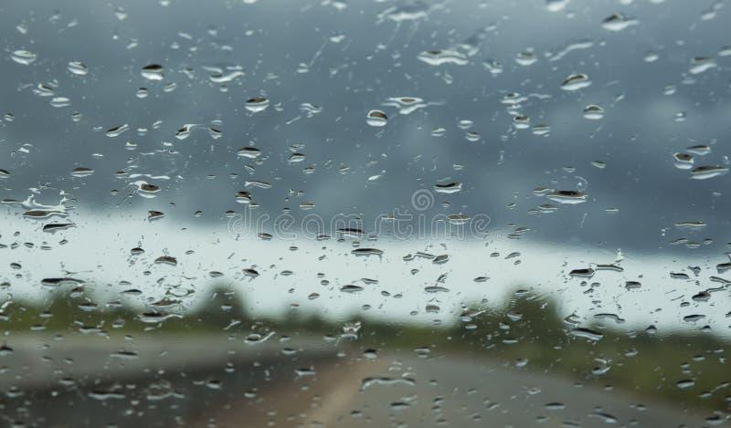 pleuvoir des baisses sur le verre de voiture image libre de droits