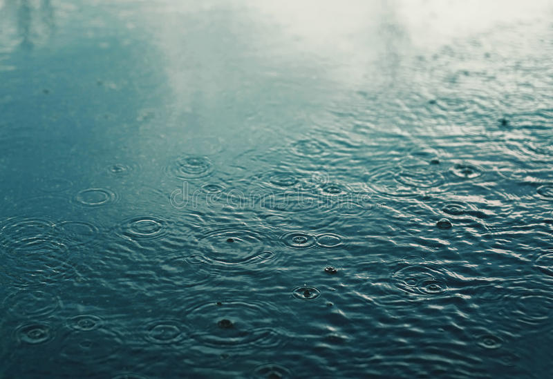Pleuvoir, jour d'automne, scène urbaine, temps photos stock