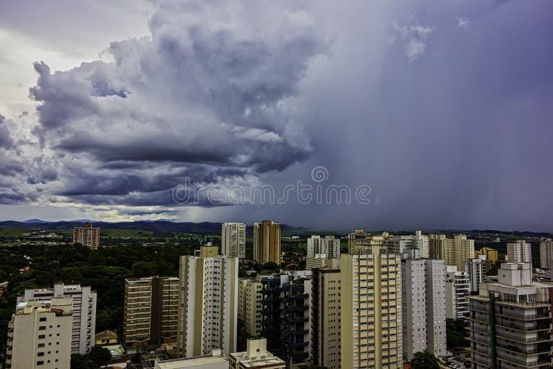 Pleuvoir l'approche dans la ville de Sao Jose Dos Campos, Sao Paulo, Brésil images libres de droits