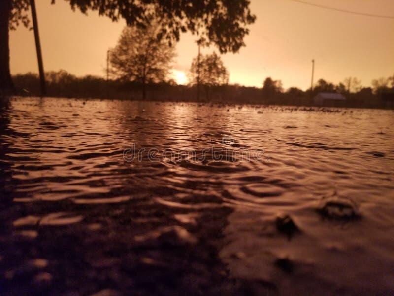 Pleuvoir le coucher du soleil photos libres de droits