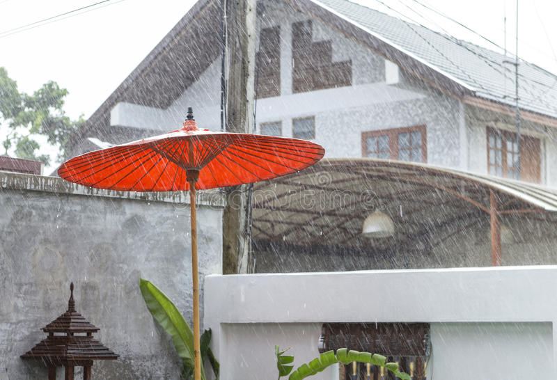 Pleuvoir le jour en Thaïlande photos libres de droits