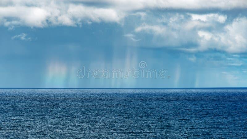 Pleuvoir les rideaux avec des couleurs légères Maui Hawaï d'arc-en-ciel image stock