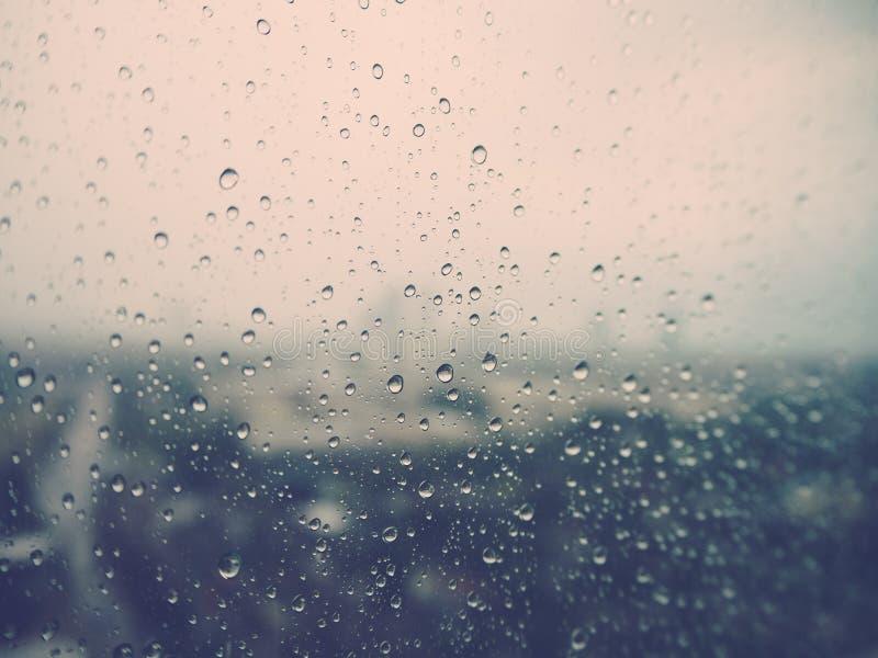 Pleuvoir sur la fenêtre photographie stock libre de droits