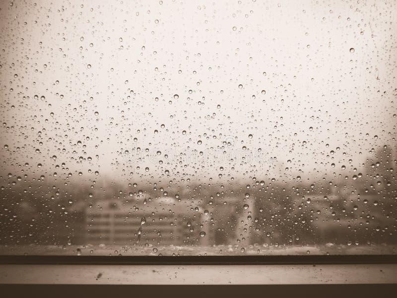 Pleuvoir sur la fenêtre photographie stock