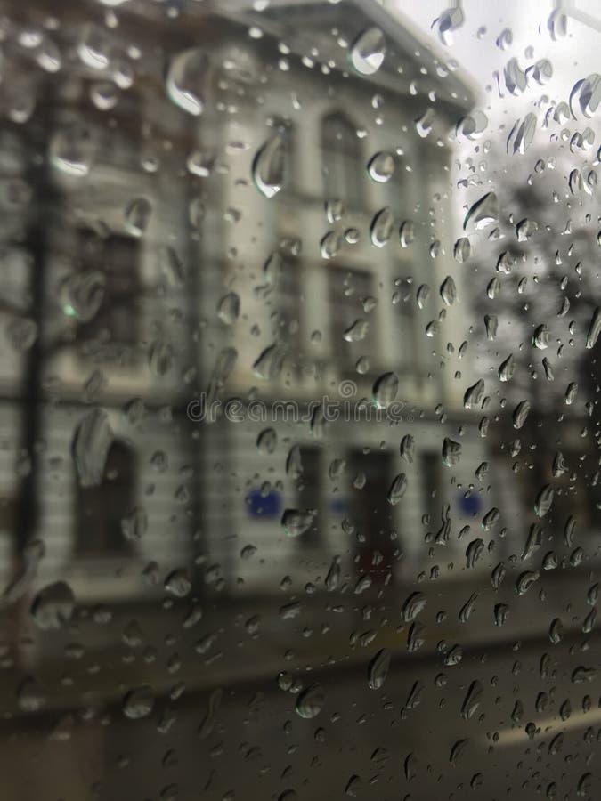 Pleuvoir sur le verre outre de la fen?tre Baisses sur la glace image stock