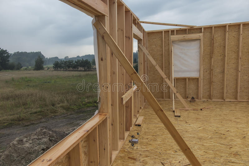 Pleuvoir tout en établissant une maison dans la technologie squelettique photographie stock