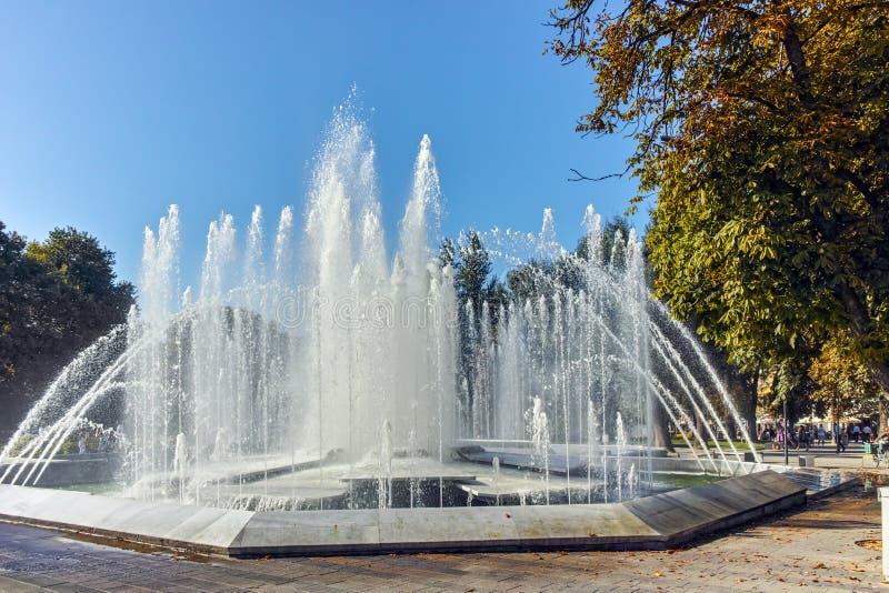 PLEVEN, BUŁGARIA - 20 2015 WRZESIEŃ: Urząd miasta i fontanna w centrum miasto Pleven fotografia stock