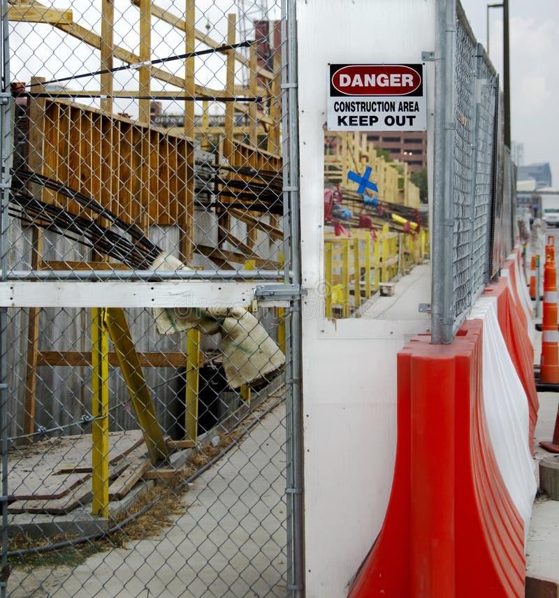 Plexiglasbetrachtungsfenster eines Baubereichstors lizenzfreie stockbilder