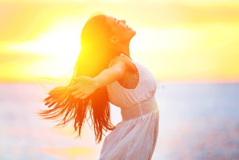 Plezier - vrije gelukkige vrouw die van zonsondergang genieten stock afbeelding