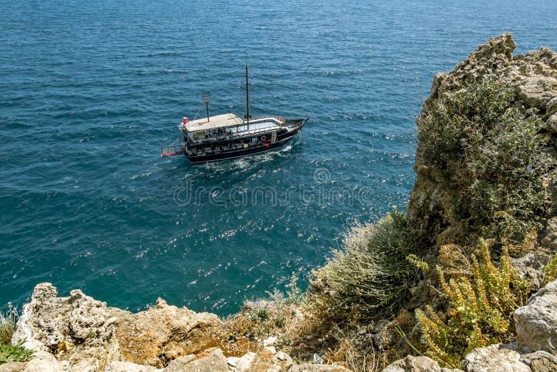 Plezierboot in de Middellandse Zee van de kust van Antalya royalty-vrije stock afbeeldingen