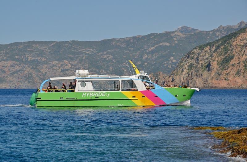 Plezierboot met toeristen dichtbij de Corsicaanse kust stock fotografie