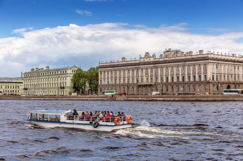Plezierboot op de achtergrond van het Marmeren Paleis of Mramornyi Dvorets in St. Petersburg, Rusland royalty-vrije stock afbeelding