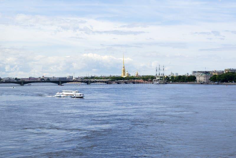 Plezierboot op de Neva-rivier, spits van Peter en Paul fortres stock foto's
