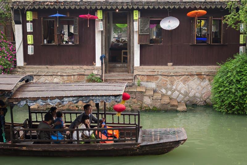 Plezierboot op de rivier stock afbeeldingen