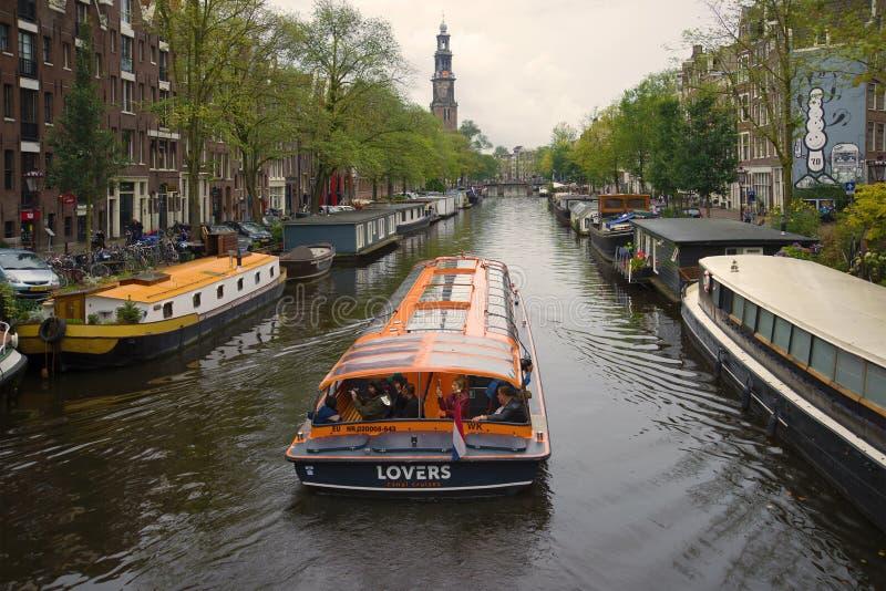 Plezierboot op het Prinsengracht-kanaal op een bewolkte September-dag Amsterdam, Nederland royalty-vrije stock fotografie