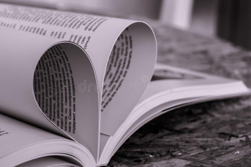 Pli de pages de livre dans la forme du coeur image stock
