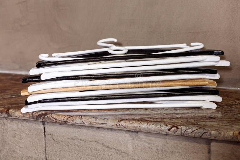 Pli vide de partie brune noire blanche en plastique de pile de table de cintre beaucoup photo libre de droits
