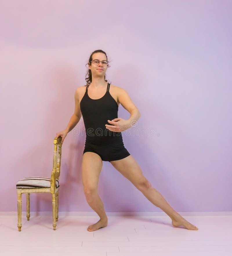 plie的,一个年轻变性女孩预先形成的古典芭蕾跳舞的移动,在舞蹈体育的LGBT龙德岛Jambe 免版税库存照片