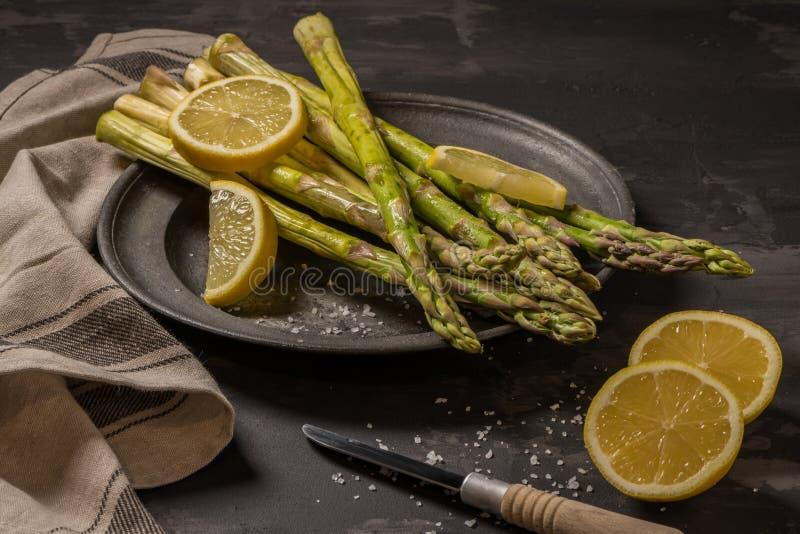 Plik młody surowy uncooked organicznie zielony asparagus z pokrojonym obraz stock