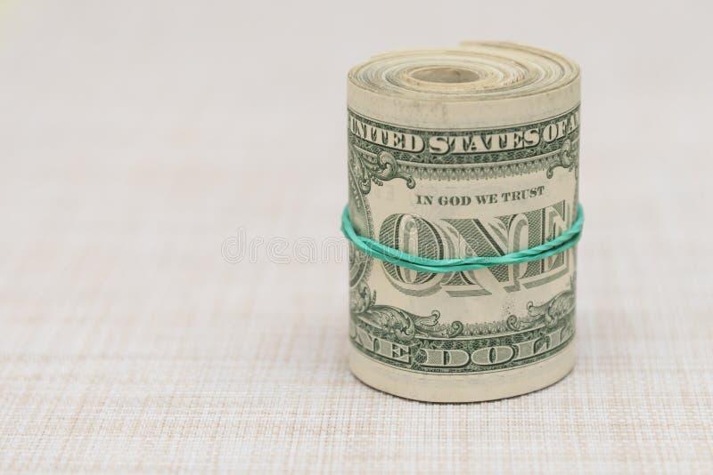 Plik pieniądze przekręcał w plika i wiązał z zielonym gumowym zespołem zdjęcia stock