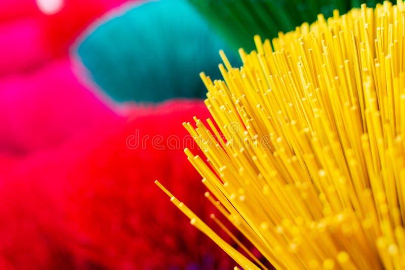 Plik tradycyjny kolorowy wietnamczyka kadzidło wtyka w wioska warsztacie blisko do odcienia miasta, Wietnam obraz royalty free