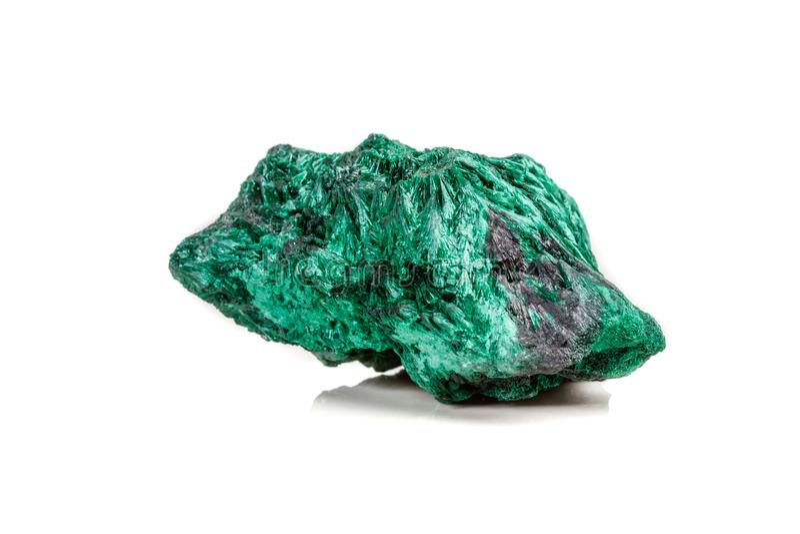 plisoviy宏观矿物的石头,长毛绒,在白色的缎绿沸铜 库存图片
