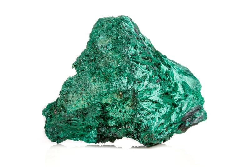 plisoviy宏观矿物的石头,长毛绒,在白色的缎绿沸铜 图库摄影
