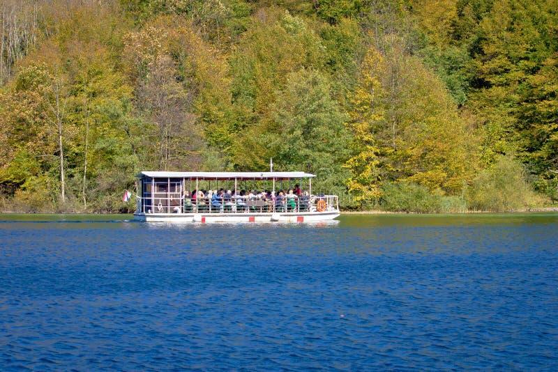 Plitvice湖国家公园电小船 库存照片