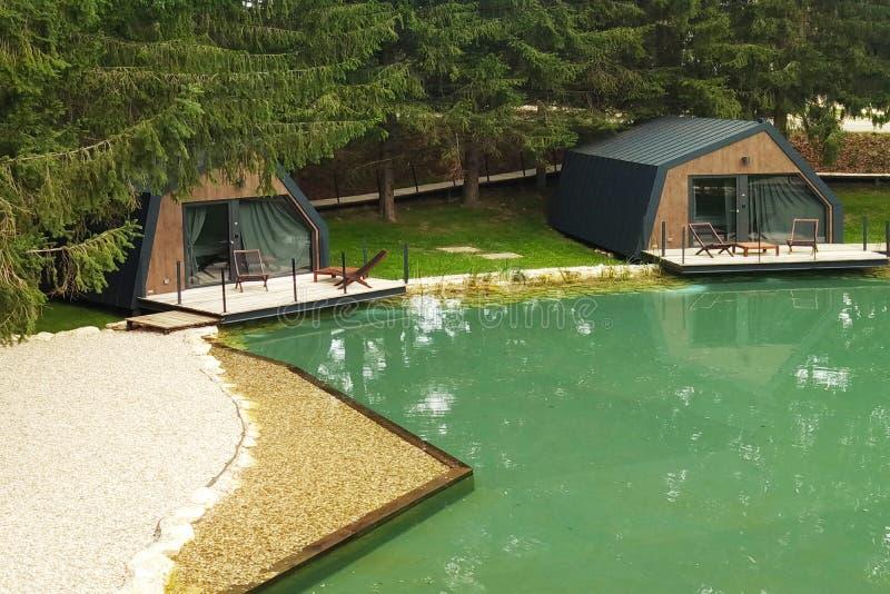 Plitvice, Croácia - Sept 9 2018: Estar na lagoa é casas pequenas do turista para a recreação Arranjo do hotel Paisagem fotografia de stock
