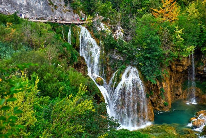PLITVICE, CROATIE - 29 JUILLET : Le touriste ont plaisir à visiter le pays les lacs et les paysages merveilleux au parc naturel d image libre de droits