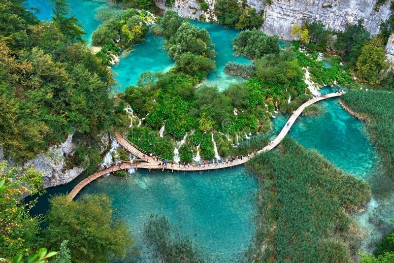 PLITVICE, CROATIE - 29 JUILLET : Le touriste ont plaisir à visiter le pays les lacs et les paysages merveilleux au parc naturel d image stock
