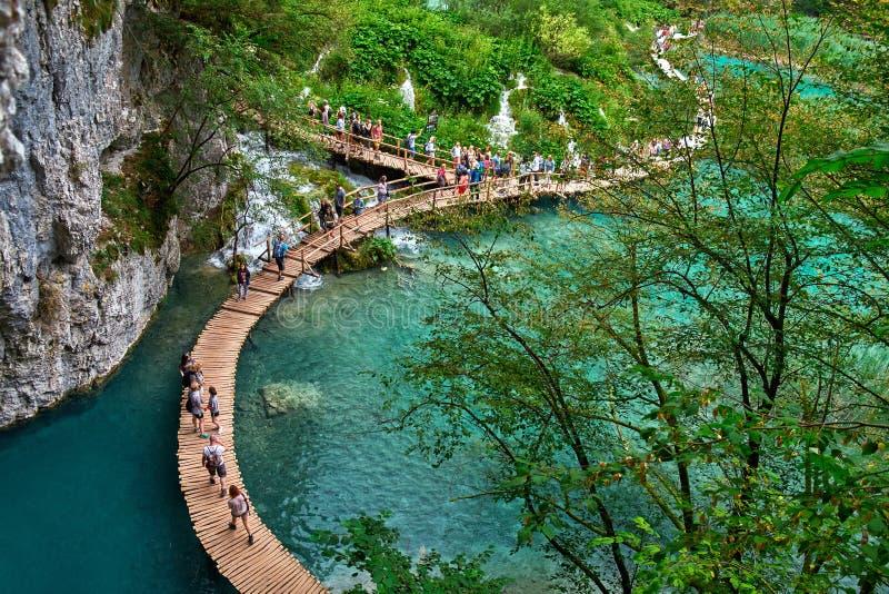 PLITVICE, CROATIE - 29 JUILLET : Le touriste ont plaisir à visiter le pays les lacs et les paysages merveilleux au parc naturel d photo stock