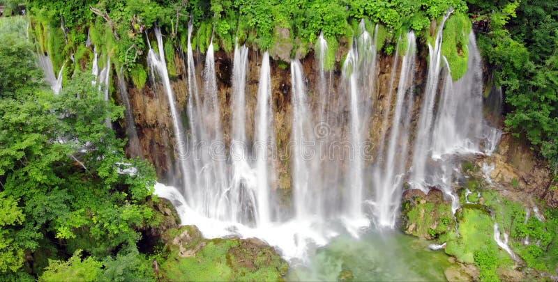 Plitvice nationalpark, Kroatien, Europa Fantastisk sikt över sjöarna och vattenfallen som omges av skogen arkivbilder