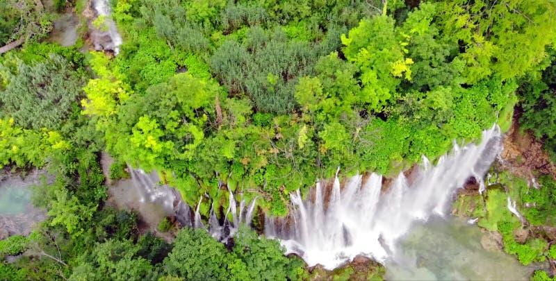 Plitvice nationalpark, Kroatien, Europa Fantastisk sikt över sjöarna och vattenfallen som omges av skogen fotografering för bildbyråer