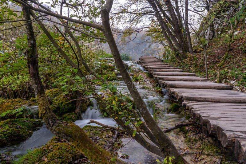 Plitvice sjöar stiger ombord går på momenten royaltyfri foto