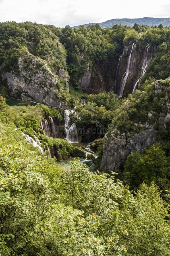 Plitvice sjönationalpark, vattenfall, sjö, skog, gräsplan, miljö, berg, naturreserv, Kroatien, Europa arkivfoto