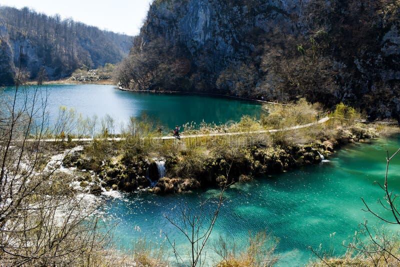 Plitvicemeren, Kroati? - Maart 30 2019: Heldere blauwe meren bij Plitvice-Meren stock foto's