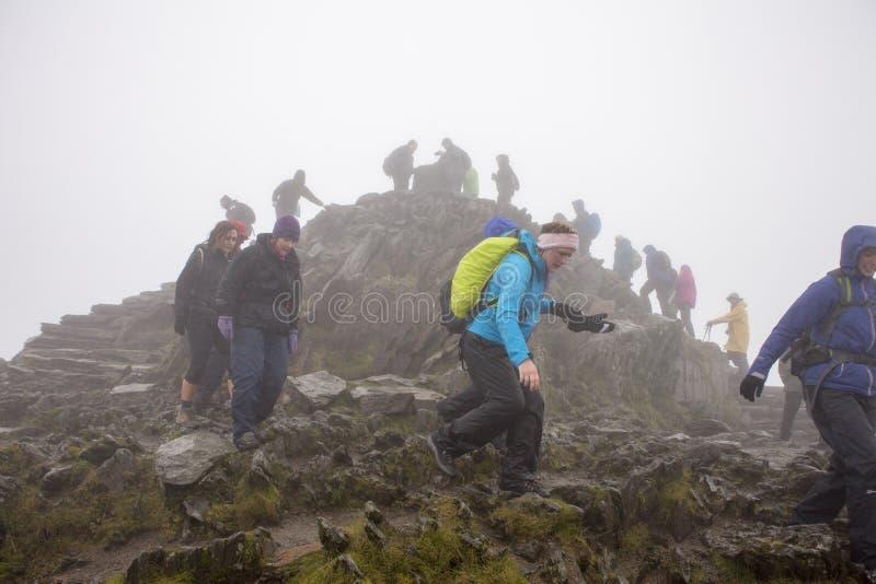 PLLandudno Wales, UK - MAJ 27, 2018 personer som ner klättrar från berget Bergsbestigare som stiger ned från berget Grupp tillbak fotografering för bildbyråer