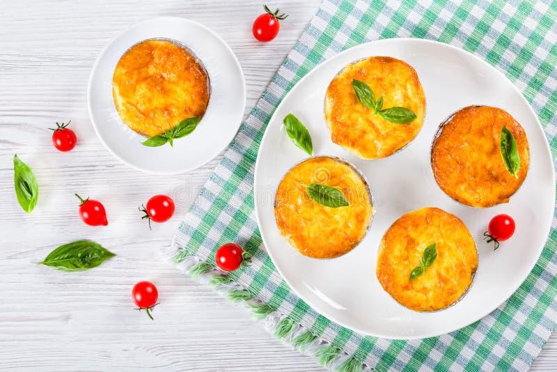 Plocka svamp, höna- och ostgratäng i Mini Baking former royaltyfria bilder