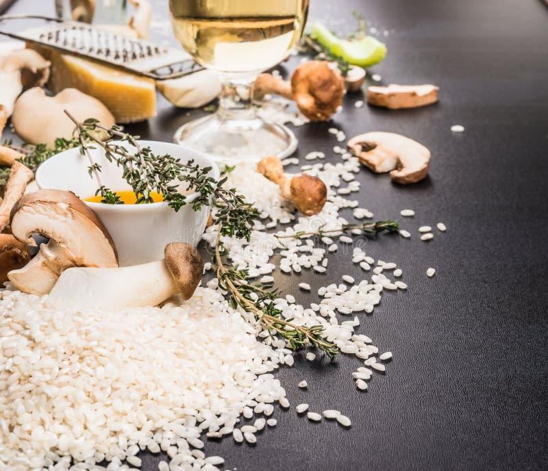 Plocka svamp risottoförberedelsen med ingredienser för att laga mat royaltyfria foton
