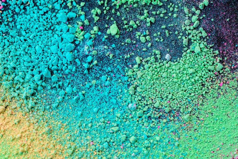 Ploeter van groenachtig blauw natuurlijk gekleurd pigmentpoeder op zwarte achtergrond stock fotografie