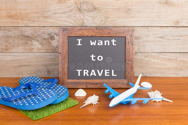 ploffen, stuk speelgoed vliegtuig, zeeschelpen en bord met inschrijving & x22; Ik wil aan TRAVEL& x22; royalty-vrije stock afbeeldingen