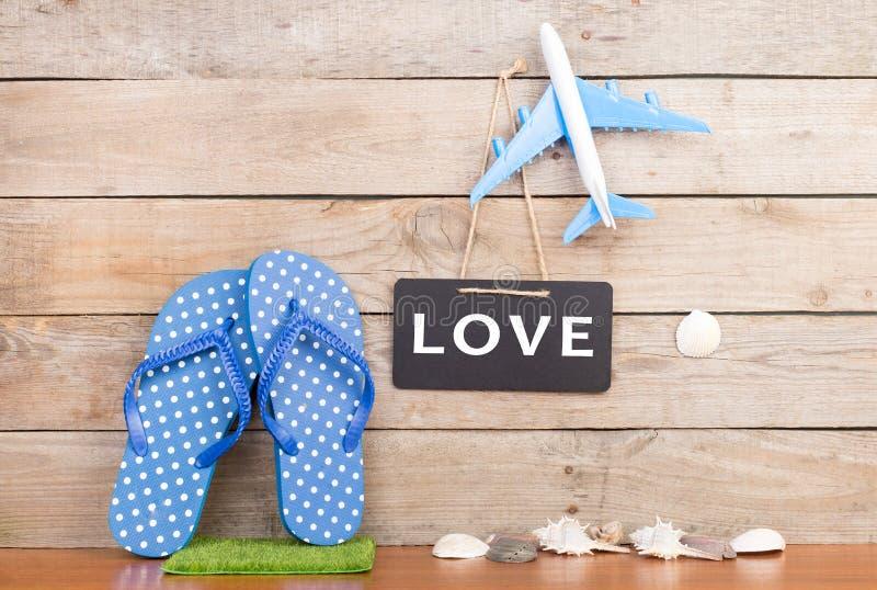 ploffen, stuk speelgoed vliegtuig, zeeschelpen en bord met inschrijving & x22; LOVE& x22; stock afbeeldingen